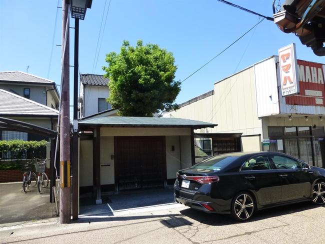 草津市のお客様 (根が家を持ち上げるため、樫の木伐採)