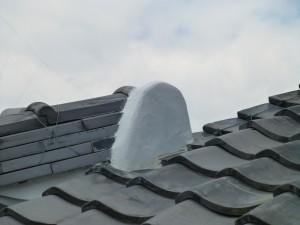 大津市のお客様より、屋根瓦の漆喰が剝がれてきているので直してほしいとご依頼をいただきました。