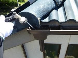 彦根市のお客様より、雨樋の修理と清掃のご依頼をいただきました。