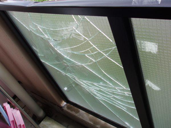 マンションのベランダの目隠しガラスの交換をさせていただきました。