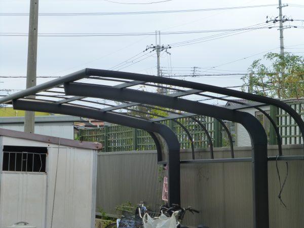 カーポートの屋根を取付させていただきました。