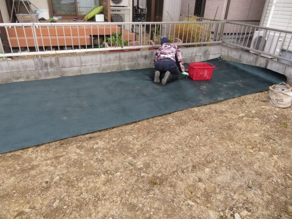 防草シートを敷設させていただきました。
