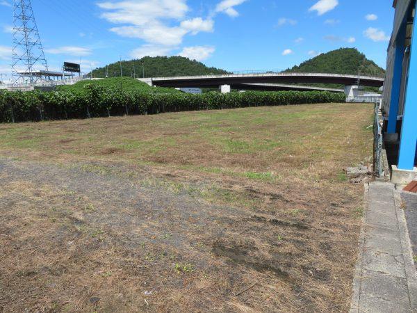 工場跡地の除草のご依頼をいただきました。