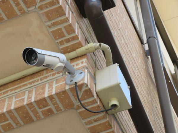 防犯カメラの配管を直させていただきました。