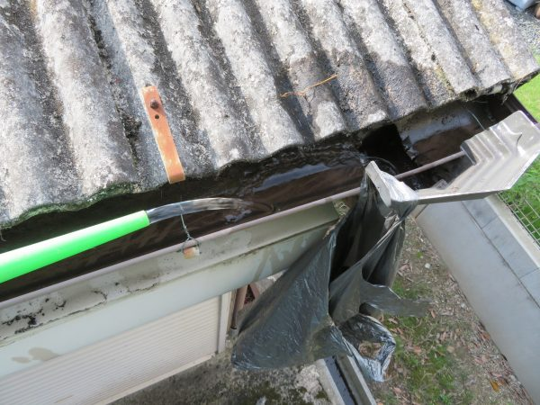 波板張替と雨樋清掃のご依頼をいただきました。