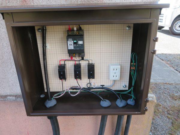 電気自動車の給電ポールを設置させていただきました。