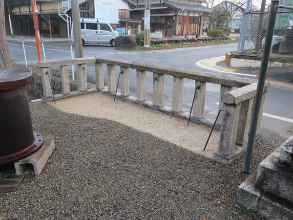 八幡宮様の玉垣の修理のご依頼をいただきました。