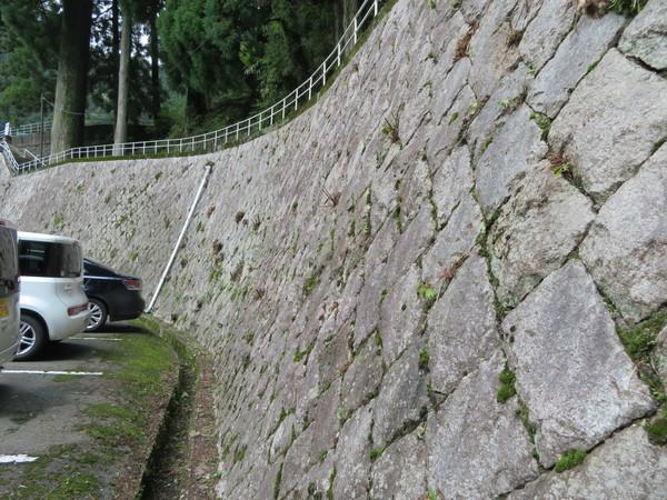 自動車道の石垣の除草のご依頼をいただきました。