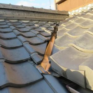 屋根の谷部の水切り銅板の交換をさせていただきました。